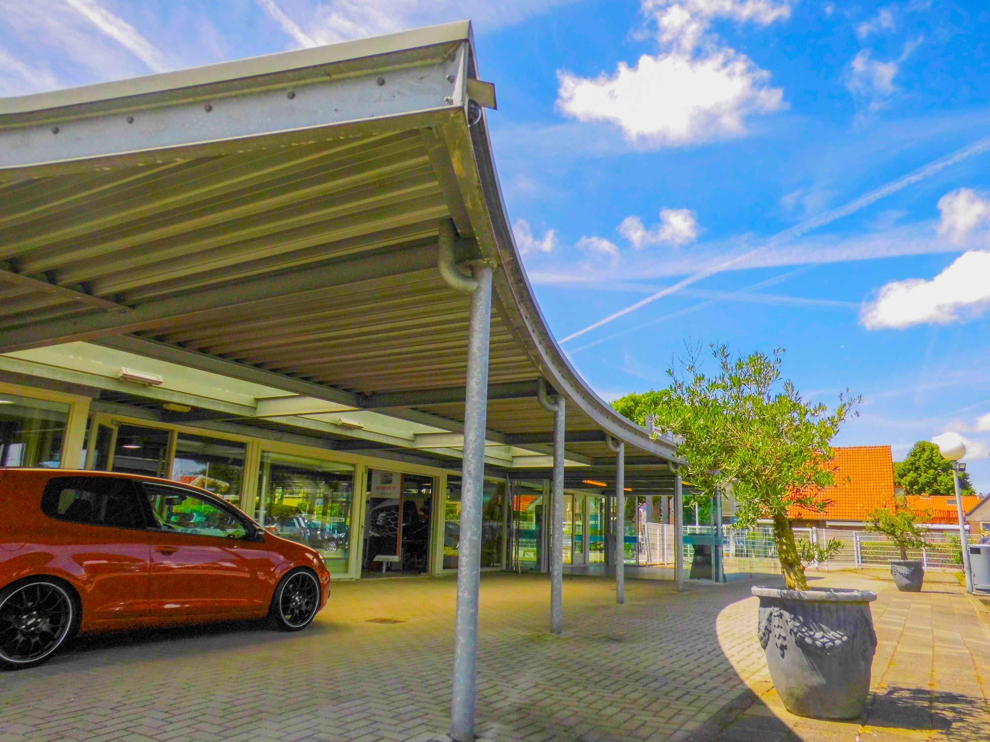 Nieuw ontworpen luifel voor de op die dag af te leveren nieuwe auto's