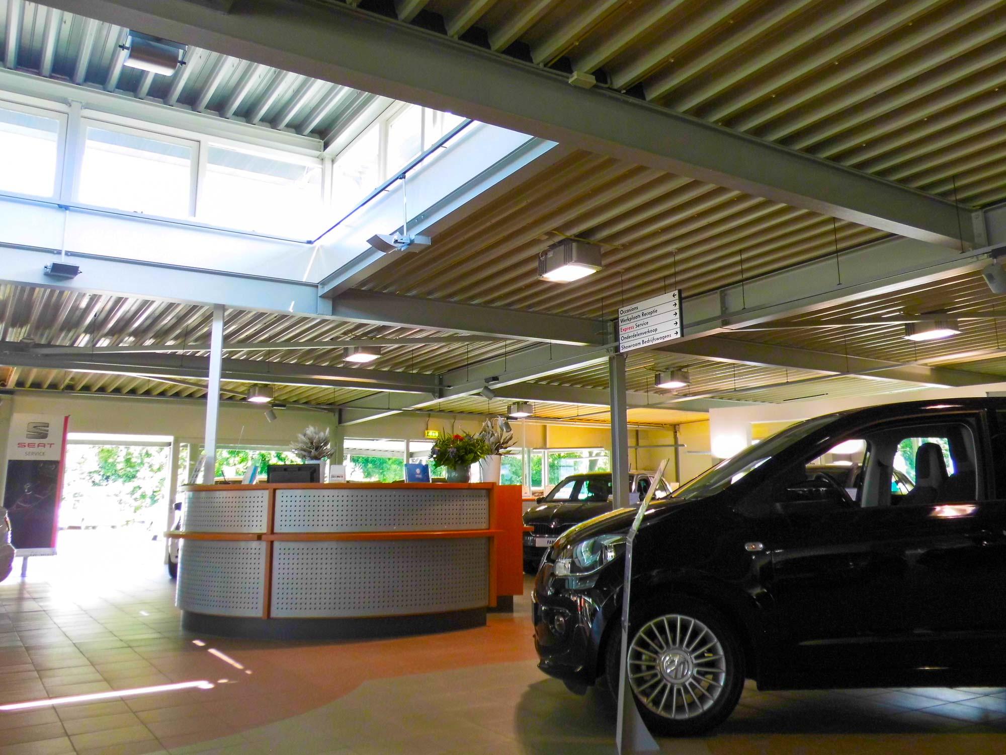 Verbouwde en gerenoveerde showroom met daklicht of daklantaarn